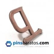 Pins en acabado bronce antiguo con letra P