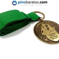 Medalla personalizada 2D sin color con cinta verde.