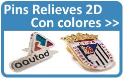 Pins personalizados con logotipo en colores.