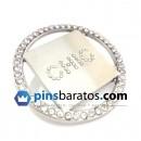 Pins Chic, de color plata con piedras blancas al rededor.
