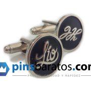 Gemelos redondos personalizados de color plata y negro con el logotipo del cliente.