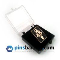 Cajita de plástico para pins personalizados.